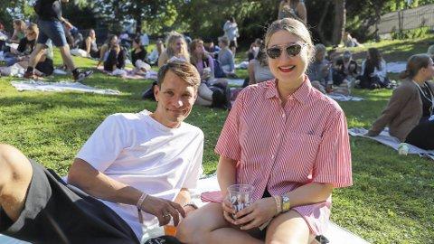 Anna Eitrem (28) og Tellef Solbakk Raabe (30) nyter solen på et av piknikteppene foran scenen.