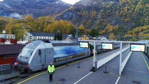 Kristine Shey Dufey har vært lokomotivfører på Bergensbanen og Flåmsbana i 14 år. National Geographic har fulgt hennes spektakulære arbeidsdag, som nå er blitt del av en storstilt TV-serie.