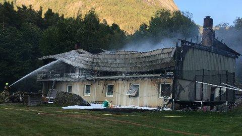Tomannsboligen i Kinsarvik var fullstendig overtent da brannvesenet kom frem torsdag ettermiddag