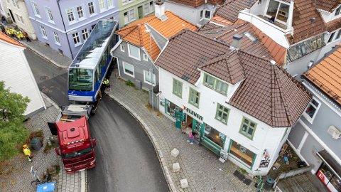 Fløibanevognene er 14,5 meter lange, noe som gjør det utfordrende å frakte dem ut av de smale gatene.