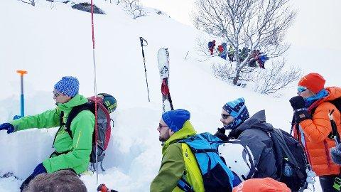 Paul-Arne Johansen viser forskjellen i snølagene.
