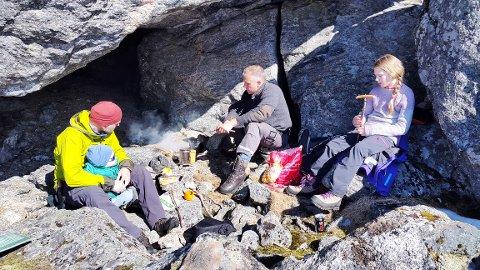 Jan Reinertsen, kjentmann Kenneth Glad og dattera Viktoria ble overrasket da de ikke fant igjen bjørneskjelettet i hula under Ånesteinen i helga. (Foto: Innsendt, Camilla Lauksund)