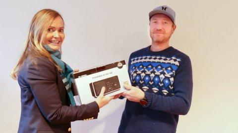 Premie: Marianne Randeberg, daglig leder i Bygdebladet, delte ut premie til Bjørn Inge Tunge i Byggefirma Tunge.