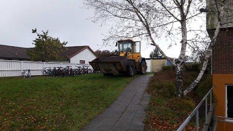 Slik stod hjullasteren, på plenen utenfor Harestad skole, da den ble funnet tirsdag morgen.