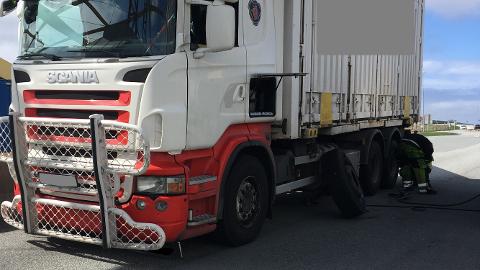 Ett av de kontrollerte kjøretøyene hadde et punktert dekk som måtte skiftes på kontrollplassen.