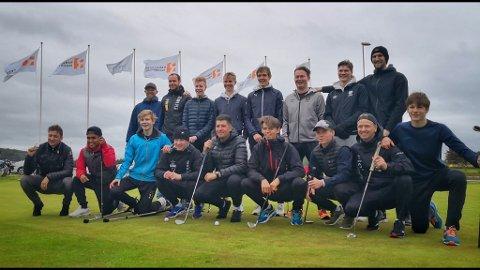 Spillerne: Hele 17 spillere og trenere fra RILs A-lag tok turen til Tungenes for å spille golf. Sebastian Van Der Veen som nummer fem bak fra venstre.