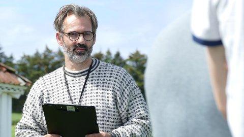 """Lager til teambuildinger: Daglig leder i Play Production, Bjørn Tagliano Erdal, mens han lager til en av teambuildingene på Vistnestunet som er """"Farmen""""-inspirert tidligere i sommer."""