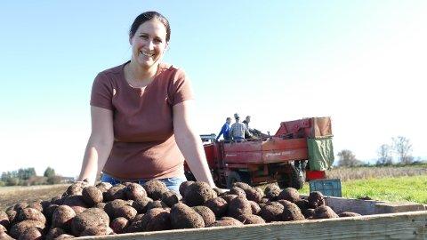 Innhøsting: Cecilie Kolnes i Randaberg Gårdsutsalg er klar for Høstmarken. Der stiller de opp med nærmere ett tonn ferske poteter.