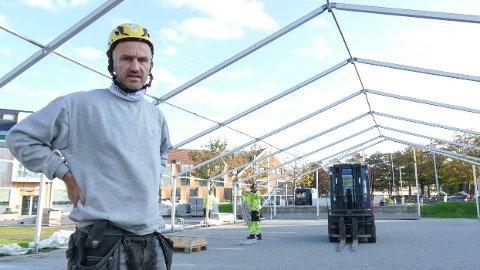 Høstmarken: Per-Erik Haga har mange mann i arbeid for å komme i mål med å rigge teltet til Høstmarken, som braker løs på lørdag.