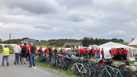 Sykkelritt: En rekke deltakere stoppet for å prøvesmake lokaløl fra et mikrobryggeri nær Randabergfjellet.