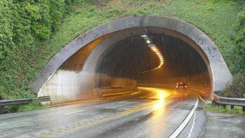 Byfjordtunnelen er midlertidig stengt på grunn av stanset kjøretøy