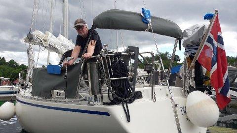 Dårlig feriestart: Gaute Reidar Sørensen fikk ikke den beste starten på årets båtferie da han ble frastjålet jollen bak på seilbåten i Skiftesvik båthavn. Han varsler at tyveriet natt til mandag 22. juni er meldt til politiet. Her er han i seilbåten ved Bømlo.
