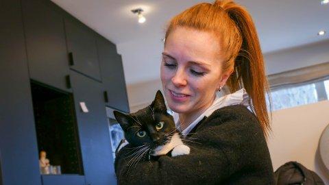 På bedringens vei: Katten Sofia er tilsynelatende frisk og rask etter operasjonen. Her sammen med matmor Cecilie Vastvedt Petterson.