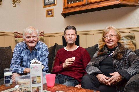 Med mamma og pappa: Vegard Hansen er en hjemmekjær mann og mamma Anne Regine og pappa Kjell-Ivar betyr mye for han. De har begge fulgt han gjennom hele karrieren, og etter en slitsom dag torsdag var det godt å komme hjem til mammas sukkerkake.