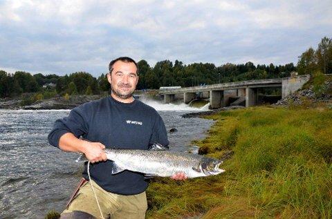 5,3 kilo: Til tross for mindre laks i elva, fikk Frank Martinsen denne ruggen på kroken i Døvikfoss i sommer.