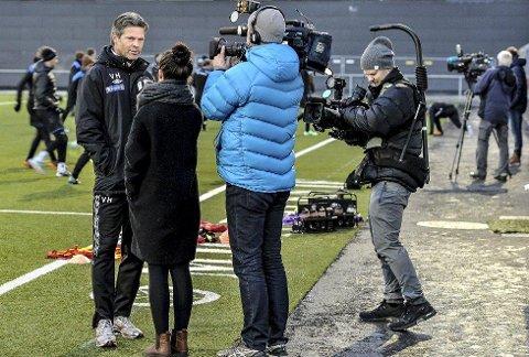 MIF-trener Vegard Hansen (t.v.) blir her intervjuet av TV 2 på mandagens trening på Mjøndalen stadion, mens produksjonsselskapet Salto Film og Fjernsyn (t.h.) og NRK TV (til høyre i bakgrunnen) også var til stede. Foto: Sven-Erik Røed