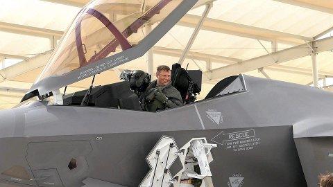 F-35: Ansiktsuttrykket til Ståle «Steel» Nymoen – sjef på 332-skvadronen – sier vel alt om hva han synes om sitt nye arbeidsredskap.