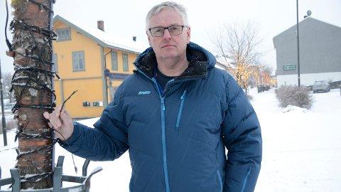 Hærverk: En forbannet leder i handelstanden, Geir Garås, viser her et av tærne hvor ledningene til vinterlyset er kuttet over.