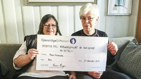 GLEDE: Solveig Formo Eriksen (t.v.) og Kirsti H. Jahren fra Modum Husflidslags styre. FOTO: Privat