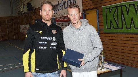 GAVE: Martin Ovenstad og lagkameratene ga 5.000 til Lindrende Enhet ved Modumheimen. Her sammen med Eystein Ranheim.