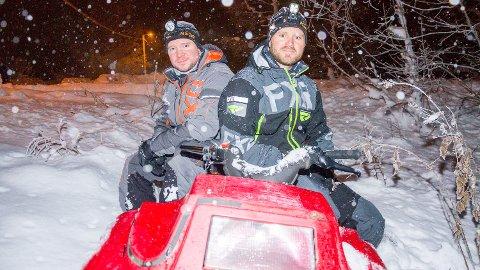 MYE ARBEID: Lars Eldar Aronsen (t.v.) og Tommy Lindahl er blant de ivrigste til å kjøre snøscooter og bidra til fine forhold for syklistene som 20. januar skal teste den nye Modum Challenge-løypa.