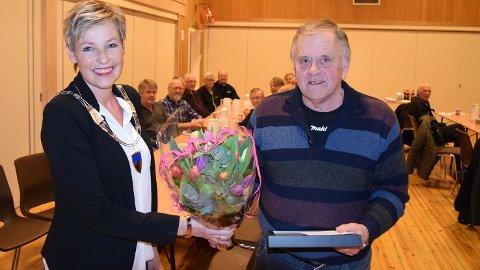 POPULÆRT:  Per Ole Ødegård mottok heder fra ordfører Tine Norman for sine bragder med traktor og løfteplog.