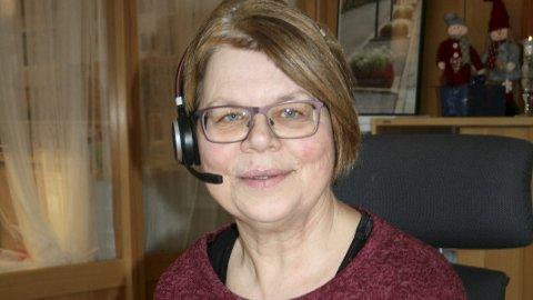 HALLO: Dag ut og dag inn mottar Marit Bergland telefoner og henvendelser, og hun elsker å hjelpe og gi gode svar.