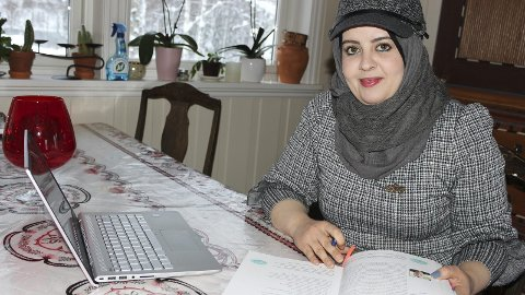 STUDENT: Huda Al-Fashtaki har bachelor i økonomi og regnskap. Nå kurses hun i skatt, moms og feriepenger, noe som er ukjent i Syria.