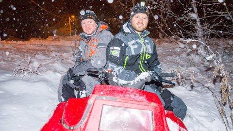 SNART KLARE: Tommy Lindahl (t.h.) og Lars Elda Aronsen har brukt mye tid på scooteren i vinter – i natt venter mer arbeid.