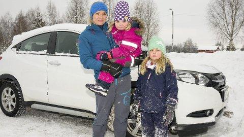 IKKE MORO: Emma Grefstad Nitter (7 - t.h.) og lillesøster Maya synes ikke bilkjøring er særlig moro, særlig ikke når de er syke. Det gjør at mamma Mona håper Drammen kan bli Modums nye legevakt.