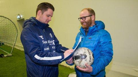 SIGNERING: Kanskje ikke like profesjonelt som hos eliteklubbene, men Stein Ellingsen setter like fullt navnet på kontrakten som gjør han til MFK-trener i 2018. Det er styreleder Pål Lohne strålende fornøyd med.