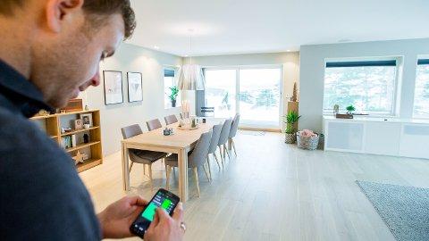 MOBIL: Via mobilen kan Geir Mikkelsen styre det meste i huset.