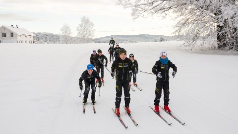 PÅ TUR: Magnus Wichmann (midten foran) og resten av langrennsløperne i Nedre Sigdal IF bruker jordeløypa til langtur.