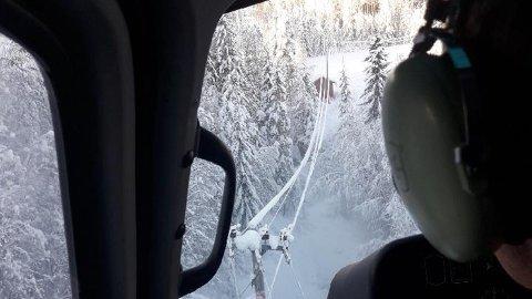 BLÅSTE BORT SNØ: Midtkraft hadde i dag et helikopter i lufta for å blåse vekk snøen fra høyspentledningene i Modum og Sigdal.