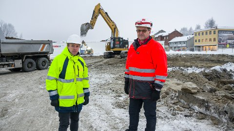 ENDELIG I GANG: Reier Andre Sønju (t.v.), byggherrens prosjektleder fra Modum Prosjekt- og byggeledelse og Per Arne Leversby, anleggsleder fra Veidekke entreprenør gleder seg over at arbeidene med å bygge Fjordbyen Atrium er i gang.