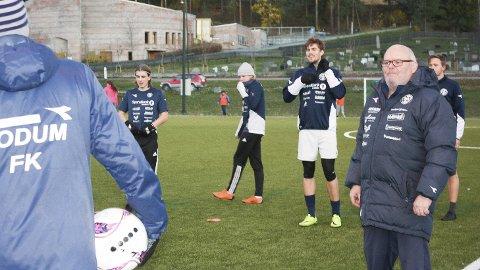 Alltid på plass: Vidar Kristiansen er oppmann i Modum Fotballklubb legger alt til rette for spillerne på A-laget. Han henter, ringer og bringer.