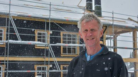 MYE SNØ: Utbygger på Haglebu, Morten Olsen, må utsette taktekkingen som var planlagt denne uken.