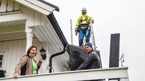SOLKRAFT: Elsa-Kari Tveiten fikk i går montert 30 store strømproduserende solcellepaneler på taket, og ble med det sin egen strømleverandør.