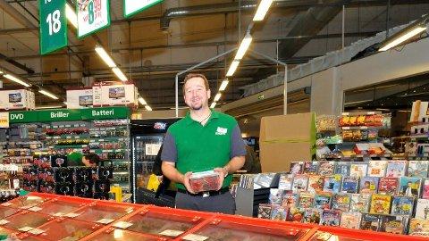 BLACK FRIDAY: – Vi doblet salget av smågodt, og solgte fra torsdag til lørdag hele 500 kilo smågodt, sier Kjetil Hansen, ved Europris Hokksund. Han selger årlig selger 25-30 tonn smågodt til søtsugne eikværinger.