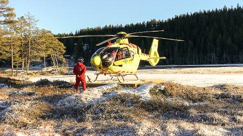 TESTLANDING: Norsk Luftambulanse testet tirsdag Modum Rotaryklubbs nye landingsplattform ved Hvalsdammen.