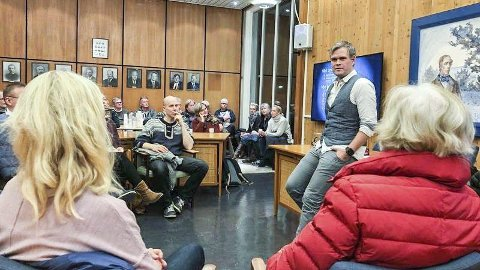 Fullt hus: – Vi håpet på 50, men hele 70 personer møtte mandag opp på velforeningens første folkemøte. Det er helt utrolig morsomt, og det viser at folk er opptatt av hva som skjer på stedet de bor, sier leder i Noresund Velforening, Lars Erik Raaen.