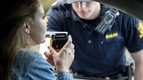 PROMILLEKONTROLL: Selv om du har ventet 12 timer siden du sist drakk alkohol, er det slett ikke sikkert det er forsvarlig å sette seg bak rattet og kjøre. Det er nemlig mange ting som kan spille inn her.