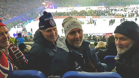 STOR OPPLEVELSE: Finn Holm (t.v.), Torger Kopland, Knut Ole Kopland og Hans Gjersøyen storkoste seg på tribunen til Schalke04, der Ole Einar viste seg fram for sin fanskare for aller siste gang med startnummer på brystet.