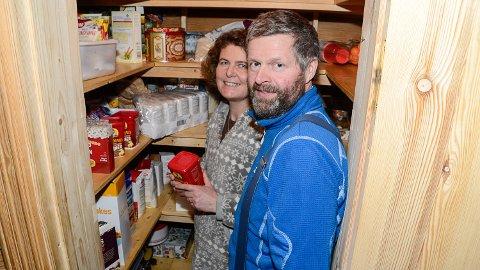 MANGE I HUS: Vi er ikke i butikken hver dag, og med seks munner å mette, kjøper vi litt ekstra hver gang vi er der. Så matboden vår er sjelden tom, sier May Ingela og Gunnar Hope.