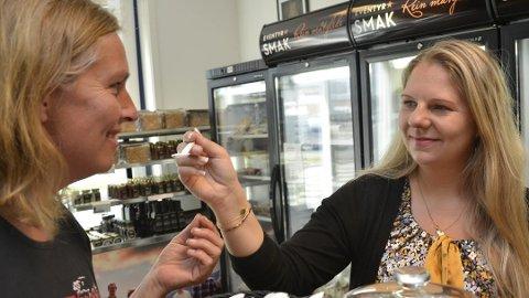 SLUTT: Daglig leder Anette Hassel Solbakken (t.h). ga produsent Siv-Iren Brateng en smaksprøve på noe av alt det spennende som fantes i butikken i Åmot i juni 2016. Nå er butikken lagt ned, men Eventyrsmak lever videre.
