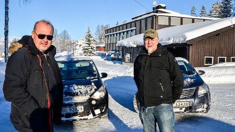 SKOLEVEI: Bygdpostens Knut Bråthen (t.v.) og Thormod R. Hansen, har sjekket skoleveiene i Krødsherad. Uansett utfall i skolesaken, vil ingen få mer enn 27 minutters effektiv kjørevei til skolen.