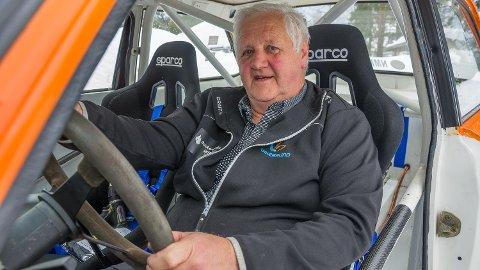BAK RATTET: Eirik Fjulsrud har tatt plass bak rattet i rallybilen hans tidligere kartleser Kjell Runar Bakken skal bruke under Numedalsrally neste helg.