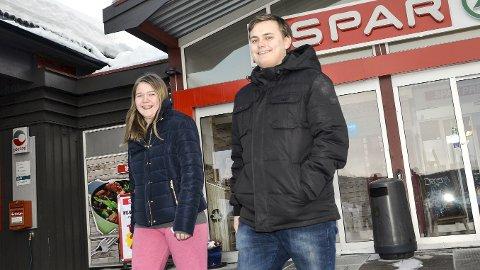 VIL IKKE FLYTTE: Linn Jeanett Berg Aasenrud (t.v.) og Ola Velstadbråten ønsker ikke å flytte fra Sigdal. Men få jobber lokalt, gjør at de regner med å måtte pendle ut av kommunen, når de er ferdige med utdannelsen.