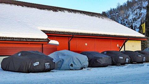 Bilene fikk påfyll av drivstoff, så fikk testsjåførene påfyll av litt mat. Men først etter å ha dekket til Porschene.