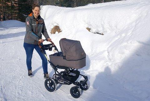 TRYGT: Hilde Søraas Grønhovd, lover at alle barnefamilier skal komme seg trygt til og fra bakken. Skiflygingsarrangørene setter opp egene barnevognbusser.